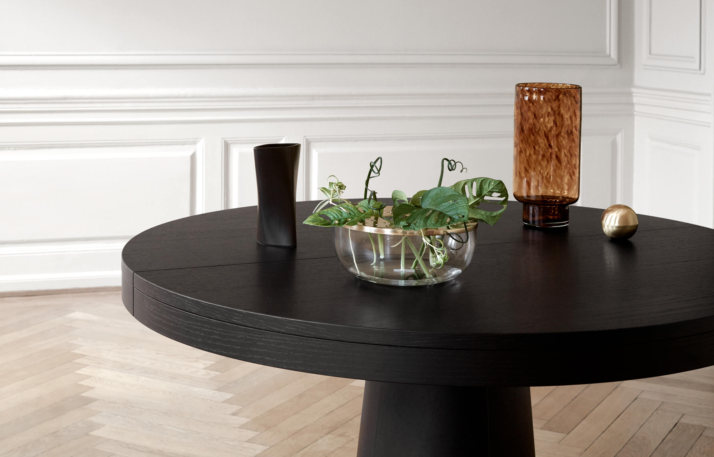 Granada round dining table