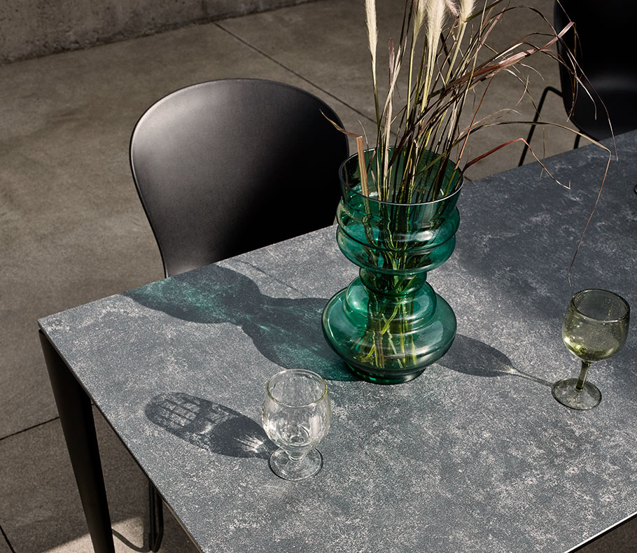 Outdoor table and green Viva vase