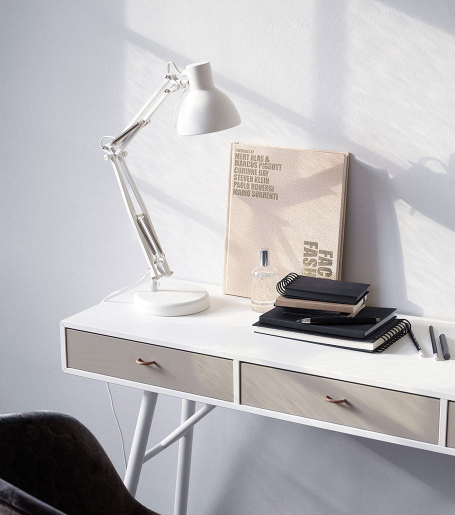 White Cupertino desk with white lamp