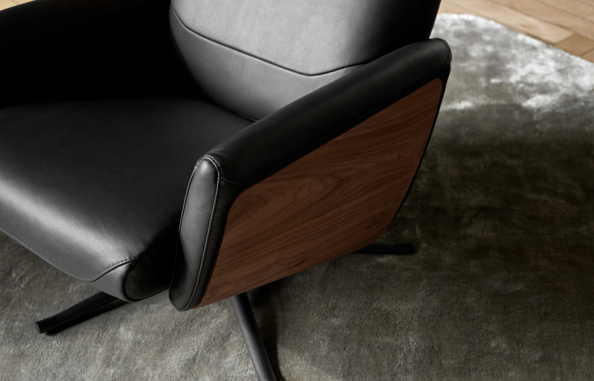 Recliner seat in leather and wood