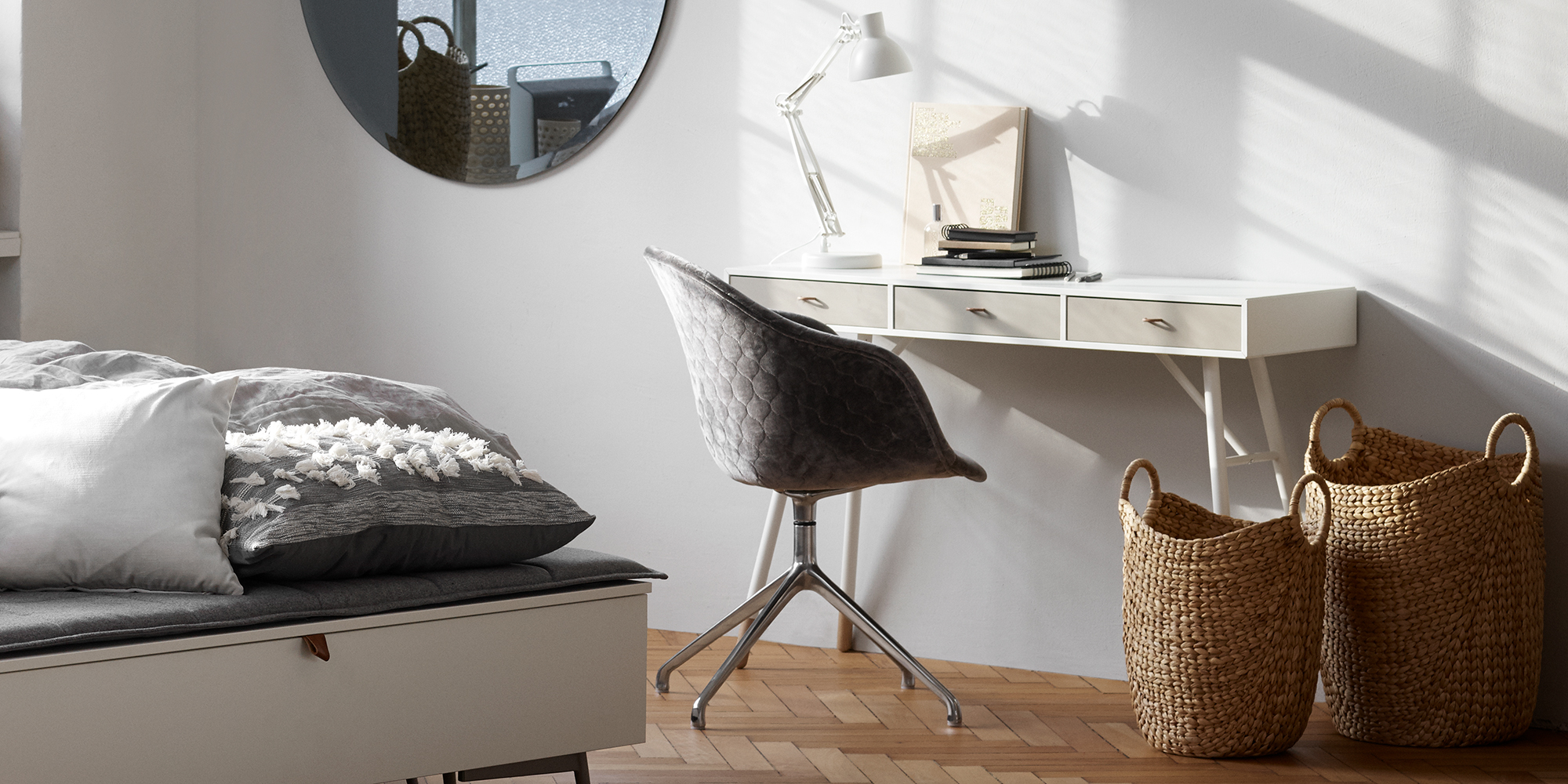 White Cupertino console table with 3 drawers and grey quilt velvet Adelaide chair