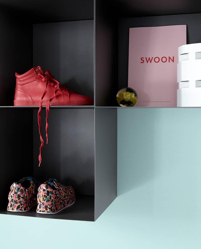 billede af reol med sko
