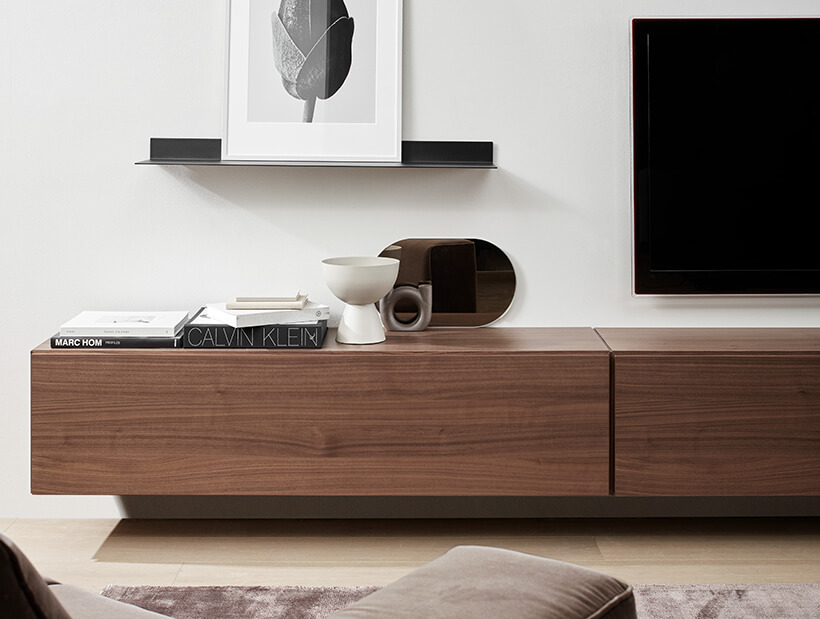 Sistema de prateleiras em sala de estar