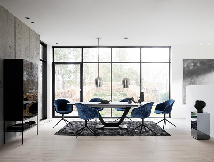 Alicante table with Adelaide chairs in blue velvet quilt with swivel function and silver Pine Cone lamps