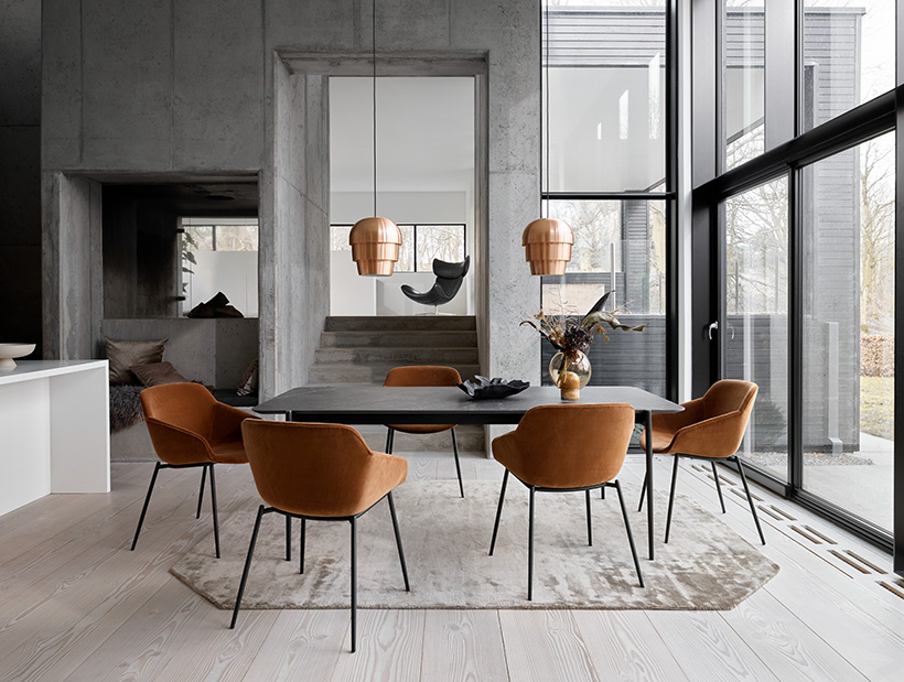 Augusta table with dark marble ceramic and Vienna chairs in camel cotton velvet and black legs and copper Pine Cone lamps