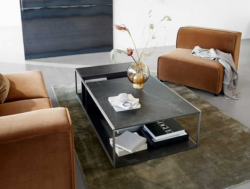 Carmo Sofa and Philadelphia coffee table in charcoal grey lacquered with Balloon vase