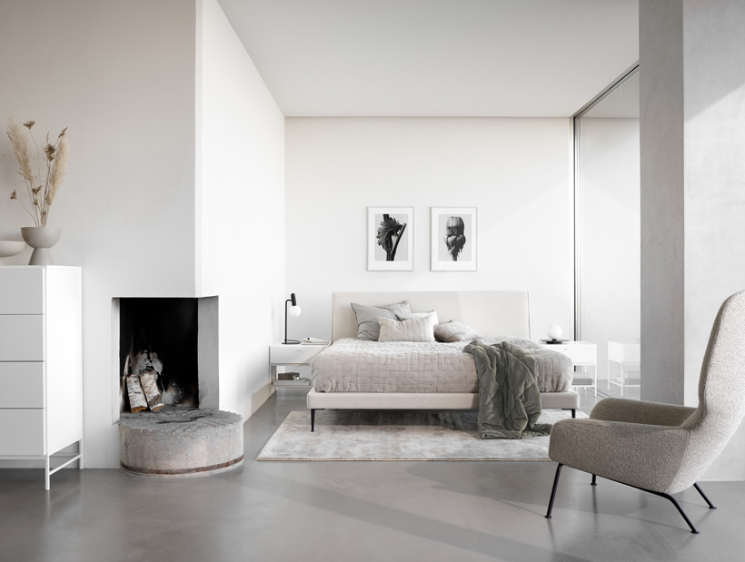 Cama Arlington en blanco con cubrecamas REMS en beige y mesas de noche y gabinete Bordeaux en blanco