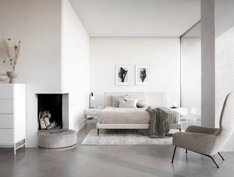 Cama Arlington em branco com colcha REMS bege e mesas de cabeceira e armário Bordeaux em branco