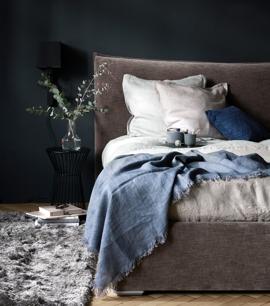 Gent bed with soft headboard