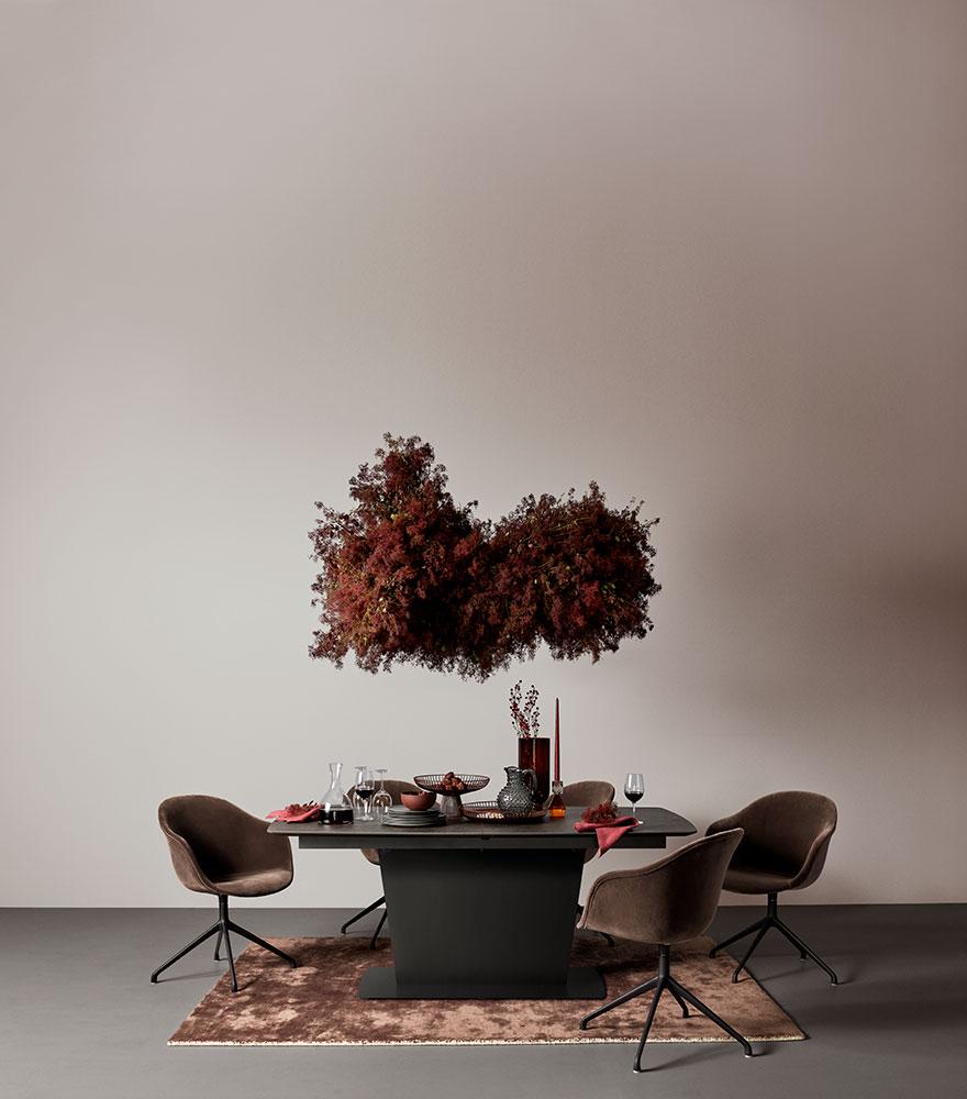 Černý stůl Milano s hnědými židlemi Adelaide a ladícím hnědým kobercem