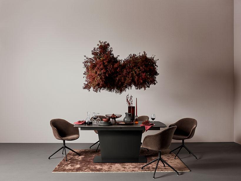 Mesa Milano negra con sillas Adelaide marrón y una alfombra marrón a juego