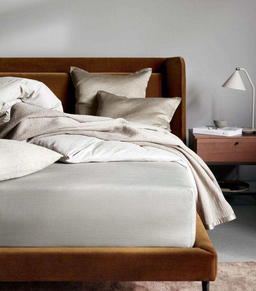 Бархатная кровать верблюжьего цвета