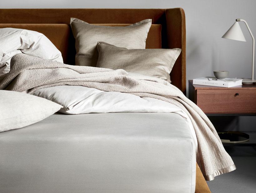 Aksamitne łóżko w wielbłądzim kolorze