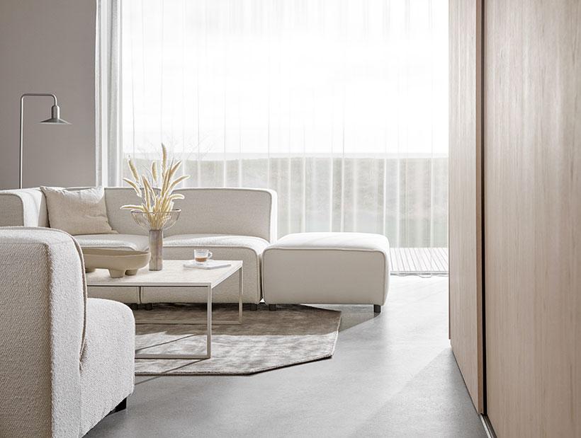 Valkoinen sohva ja yhteensopiva sohvapöytä