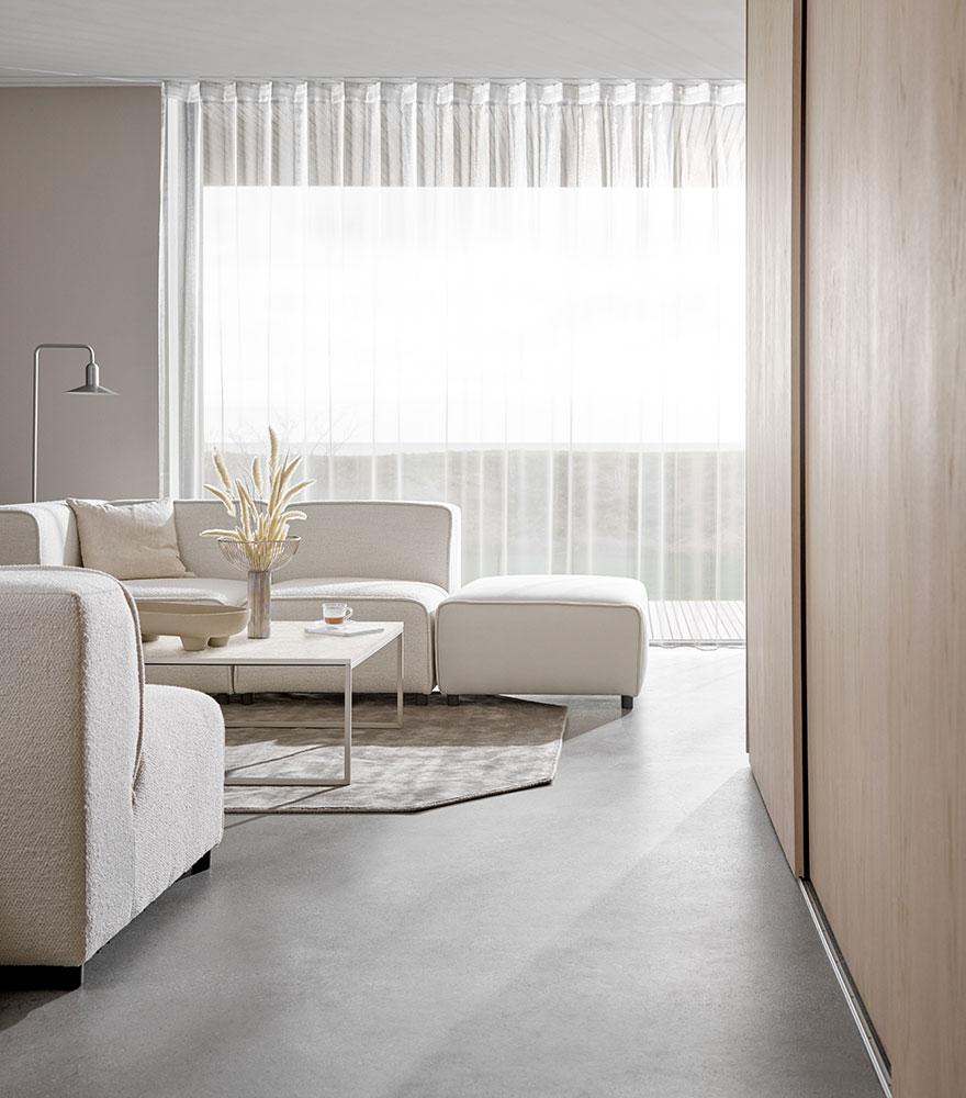 Белый диван с гармонирующим журнальным столиком