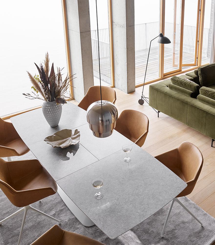 Τραπέζι τραπεζαρίας σε ανοιχτό γκρι με καρέκλες σε καμηλό δέρμα