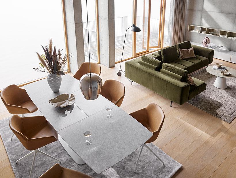 Светло-серый обеденный стол с кожаными стульями верблюжьего оттенка