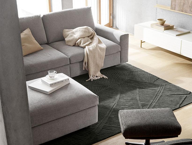 Sofa w szarej tkaninie