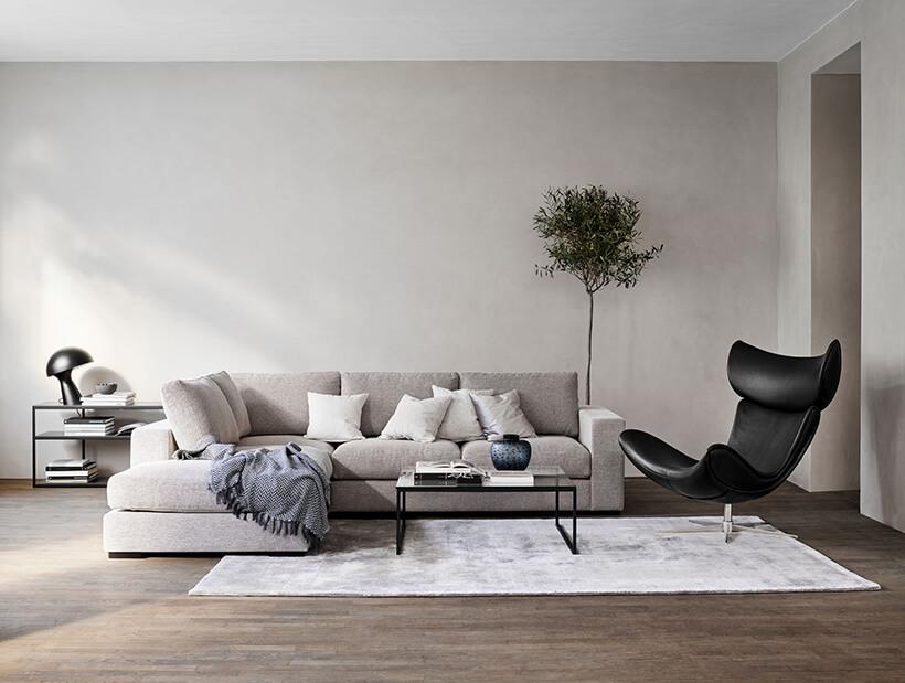 Imola stol ved siden av sofa i stuen