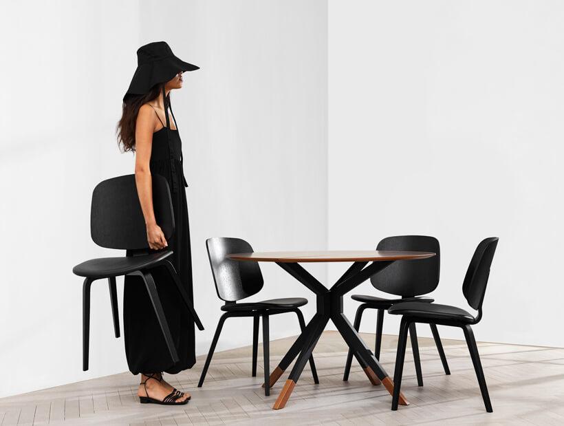 Billund dining table with Aarhus dining chairs in oak veneer