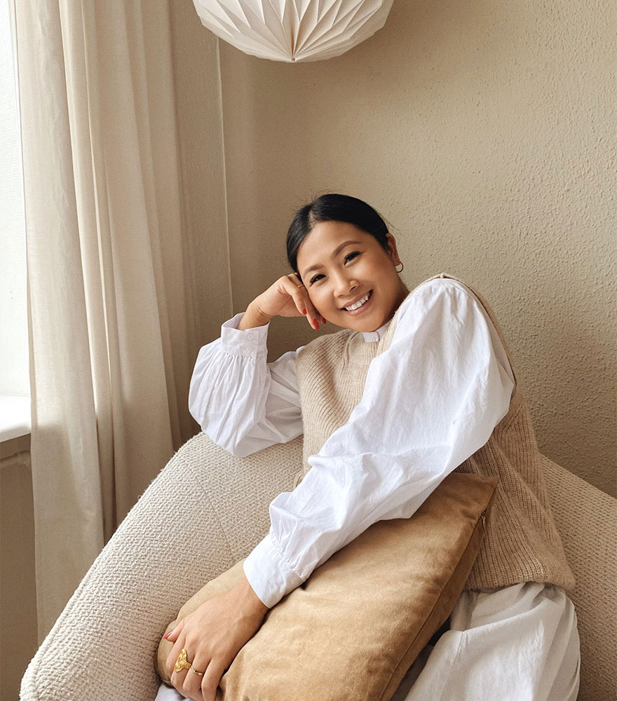 Mujer en sillón beige
