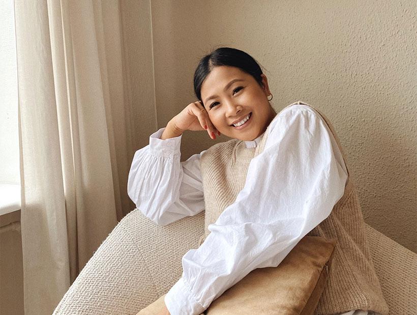 Frau in beigefarbenem Sessel