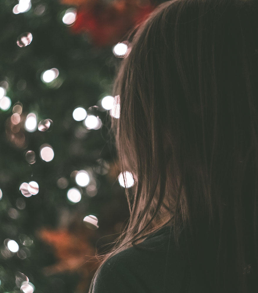 Niña y luces de Navidad