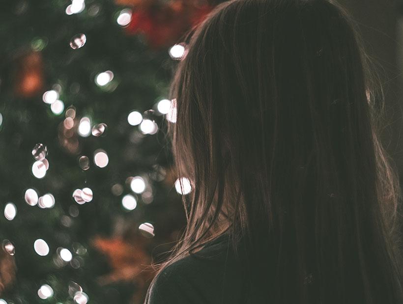 Fille et décorations de Noël