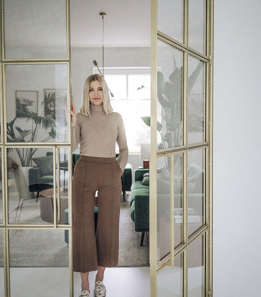 ドアの後ろに立つ女性