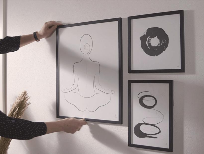 Mujer sujetando un póster