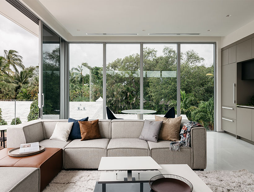 Beigefarbenes Sofa mit weißem Couchtisch