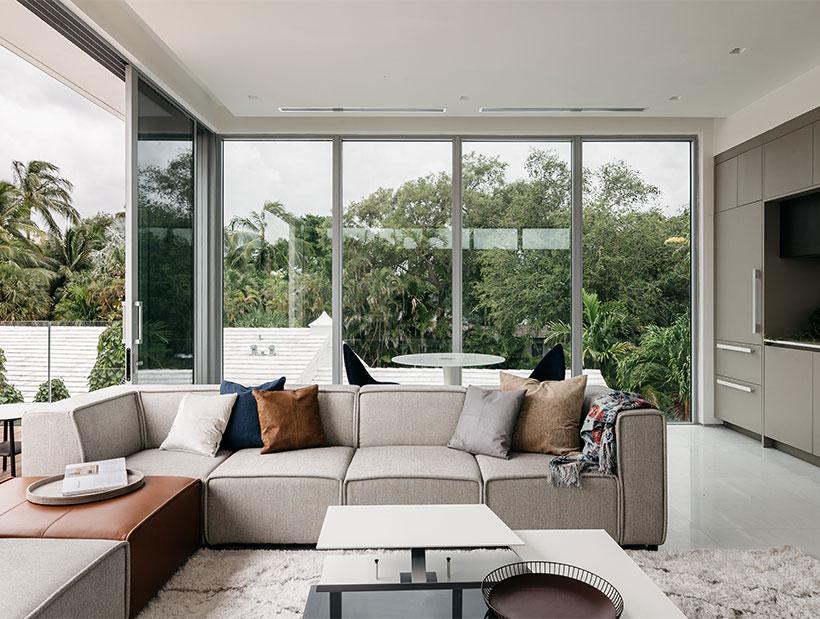 beżowa sofa z białym stolikiem kawowym