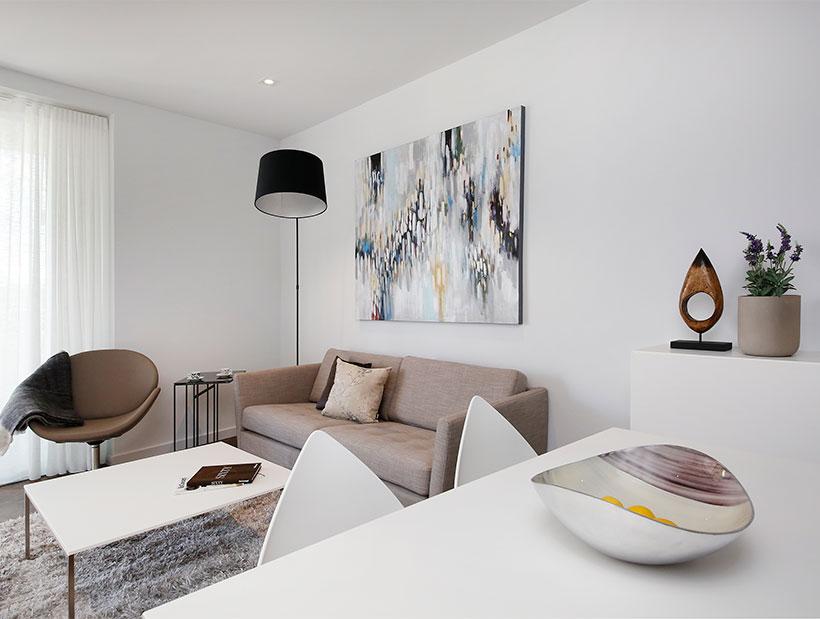 bézs színű kanapé fehér dohányzóasztallal