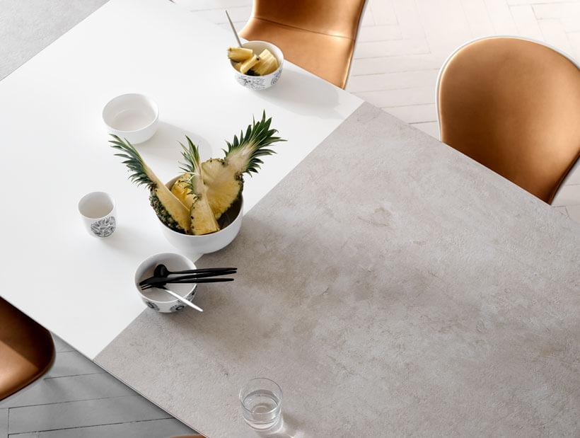 Ananas posés sur une table