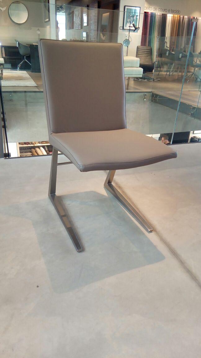 Cadeira Mariposa Deluxe Couro Bahia e Pés Aço Escovado